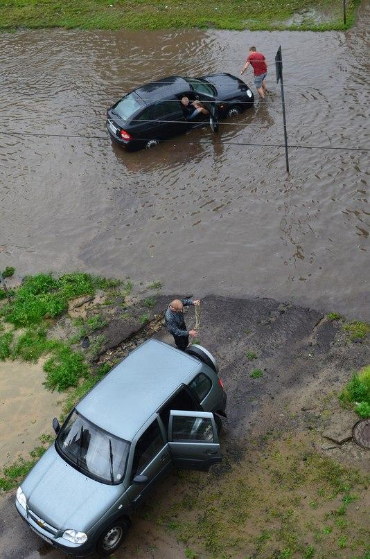 Машины застревают посреди улиц