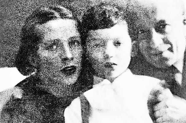 Редчайшее фото - маленький Максим Дунаевский с родителями.
