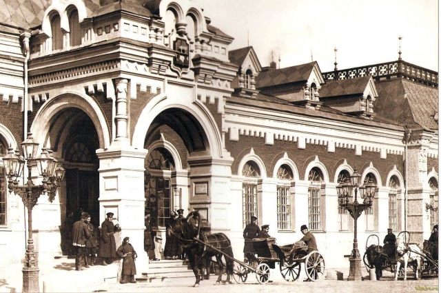 Извозчики поджидают пассажиров у железнодорожного вокзала Екатеринбурга (ныне «старый» вокзал).
