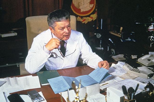 Святослав Федоров в рабочем кабинете.