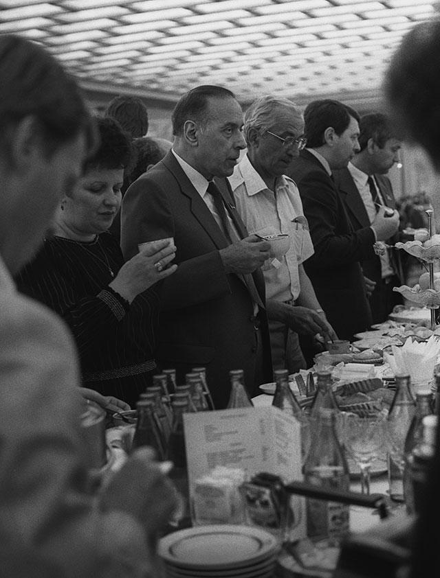 Бывший государственный советник при Совете Министров СССР Гейдар Алиев (третий слева). 1988 г.