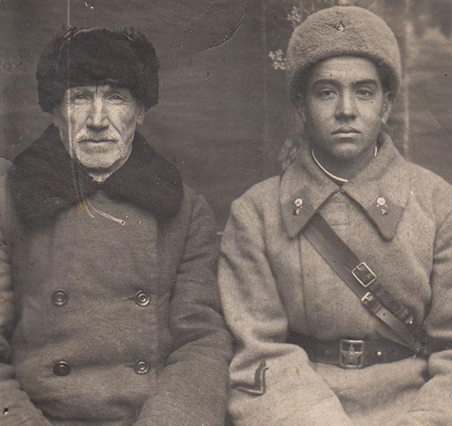 Перед уходом на фронт 1941 г. с отцом.