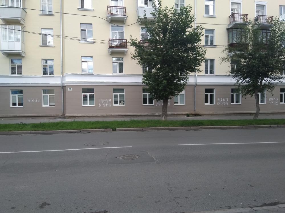Даже на неотремонтированных фасадов смесь клея и бумаги оставляет грязные следы