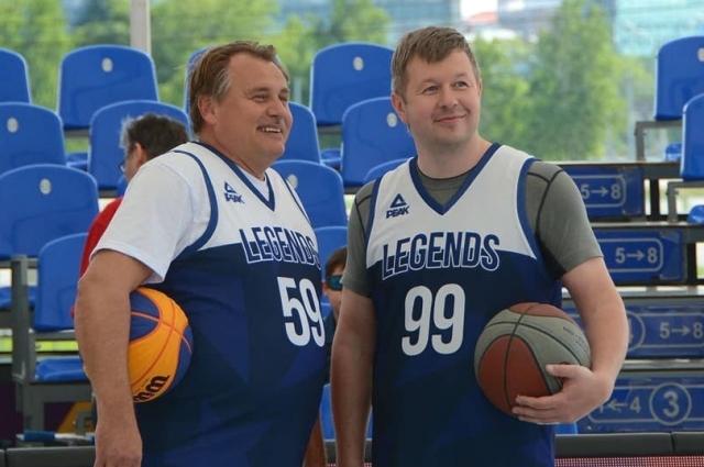 Юрий Уткин (слева) и Сергей Богуславский занимаются баскетболом.