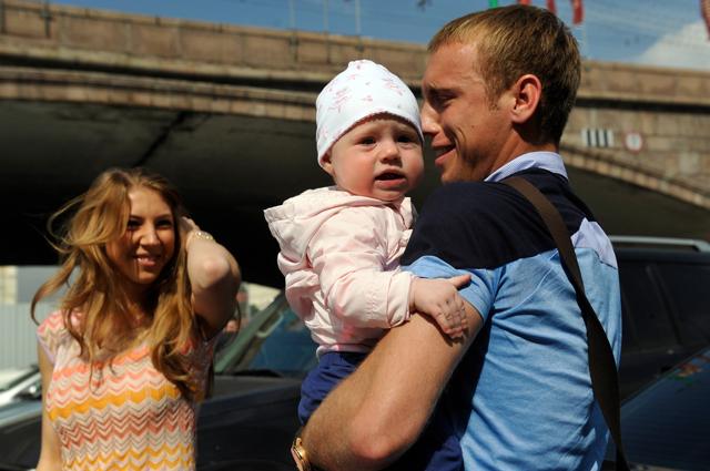 Денис Глушаков с супругой и ребенком. 2012 г.