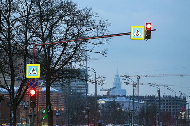 «АиФ» протестировал новинку: вполвосьмого утра, когда только рассветает, яркую опору светофора отлично видно издалека.