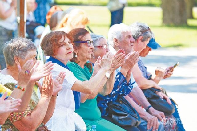 Гости аплодируют хору «долголетов» из Ломоносовского.