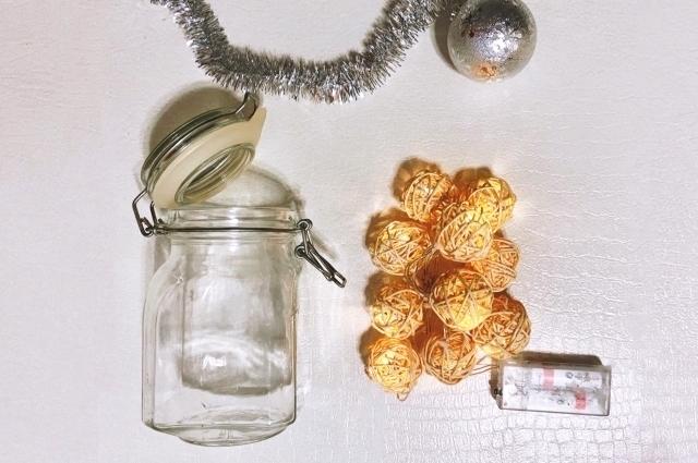 Понадобиться любая стеклянная емкость, гирлянда на батарейках и различный декор