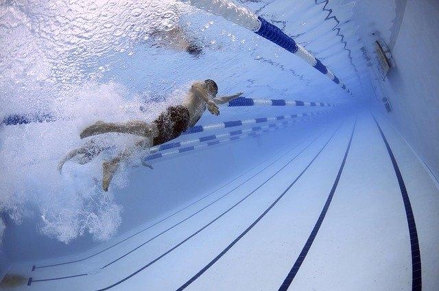 Плавание в бассейне.