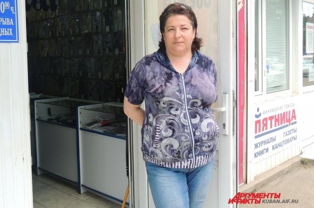 Продавец Зоя до сих пор встречает в Краснодаре кафе с залом для курящих