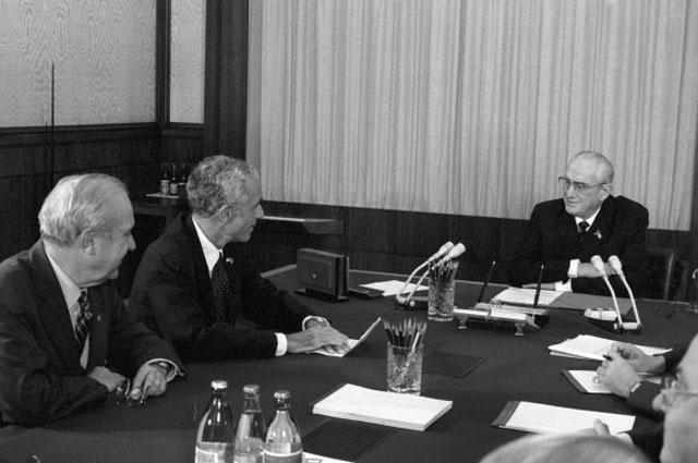 Генеральный секретарь ЦК КПСС, Председатель Президиума Верховного Совета СССР Юрий Владимирович Андропов во время беседы с сенаторами в Кремле. 1983 год