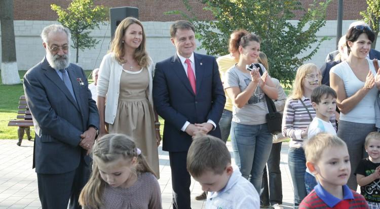 Владимир Груздев сказал, что досрочно покинул пост, так как хочет больше времени проводить с семьёй.
