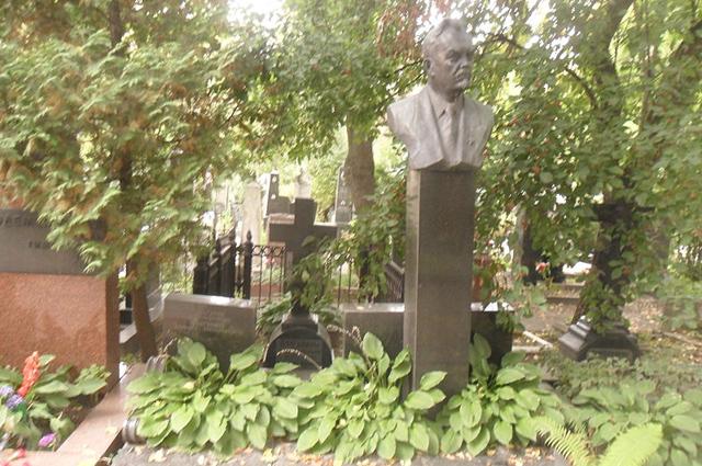 Могила Булганина на Новодевичьем кладбище Москвы