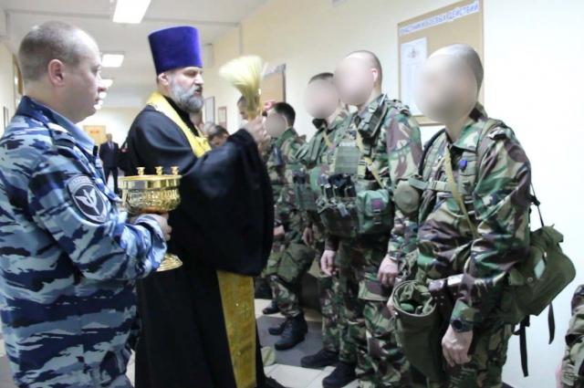 Настоятель храма святого Георгия Победоносца отец Сергий провёл ритуал освящения оружия.