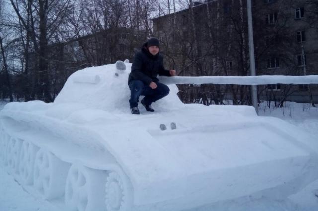 Слепить из снега копию танка оказалось делом непростым.