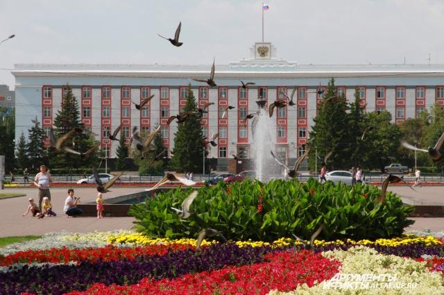 Аллея на пр. Ленина и пл. Советов - излюбленные места отдыха барнаульцев.