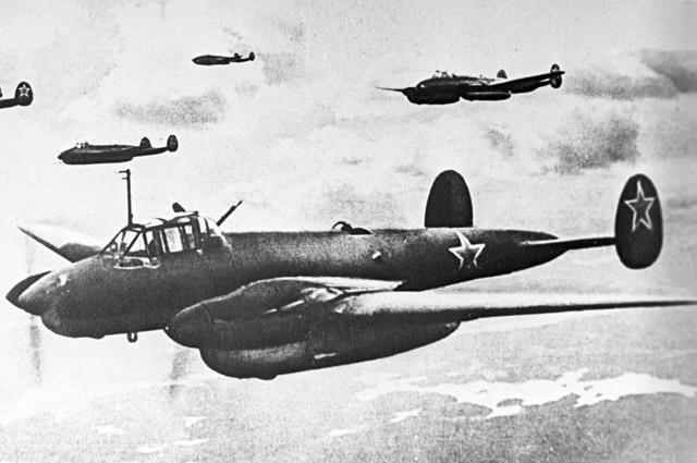 Пикирующие бомбардировщики «Пе-2» вполете.