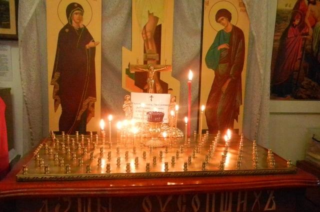 В дни поминовения свечи положено ставить не к иконам, а к Распятию, на специальный столик - канун.