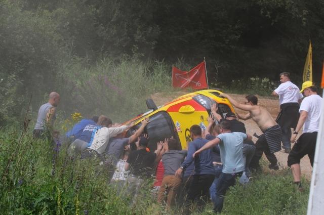 Активные «овощи» дружно достают сошедший авто из канавы