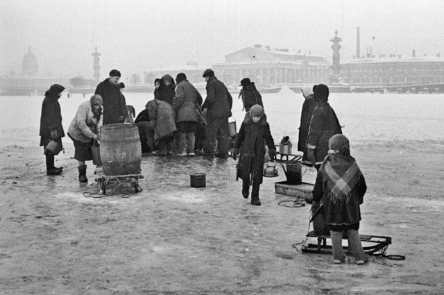 Жители блокадного Ленинграда идут на Неву за водой. 1941 г.