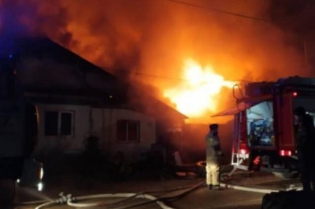 Пожар начался около семи вечера.