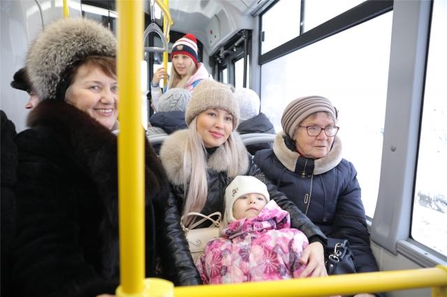 Первые пассажиры нового межмуниципального троллейбусного маршрута.