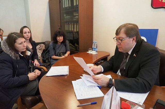 Родственники обманутых жителей на приеме у председателя Заксобрания Ростовской области Александра Ищенко.