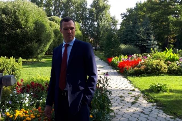 Министр экологии Илья Лобов на брифинге в саду.