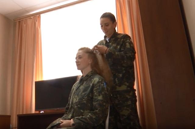 Перед полетом Анне Щербаковой подруга заплетает косы.