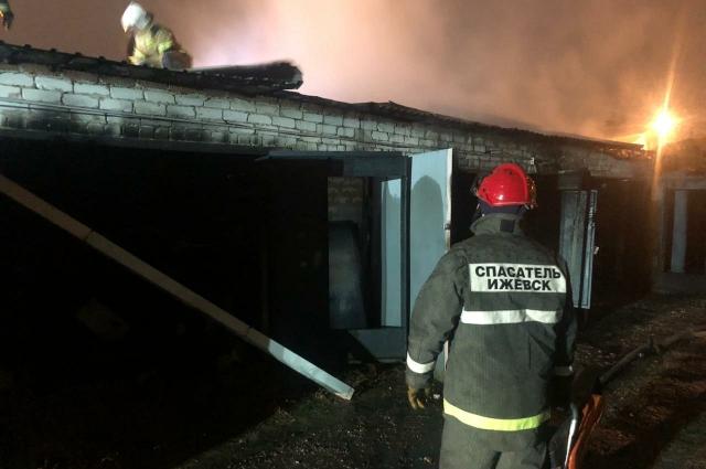 Спасатели помогали пожарным эвакуировать автомобили.