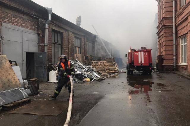 Пожарные ликвидируют возгорание на территории завода «Арсенал».
