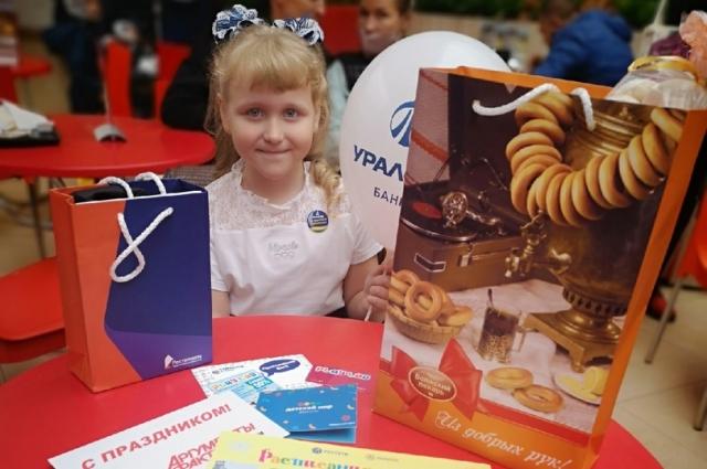 Дети получили подарки от партнёров нашего издания.