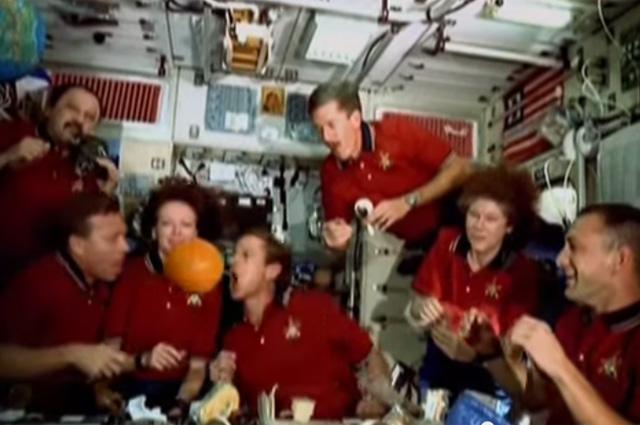 Космонавты обедают