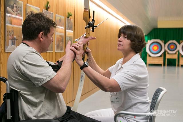 Реабилитация в немецких клиниках предполагает множество упражнений, в том числе стрельбу из лука.