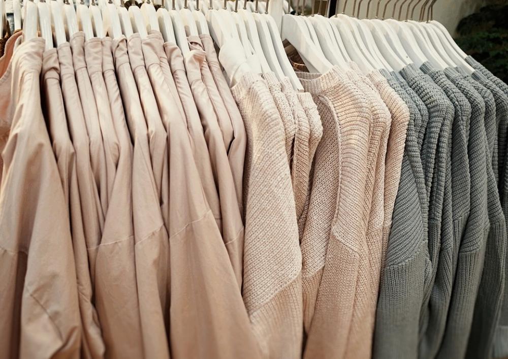 Лучше выбрать одежду нейтральных цветов и дополнить образ яркими аксессуарами.