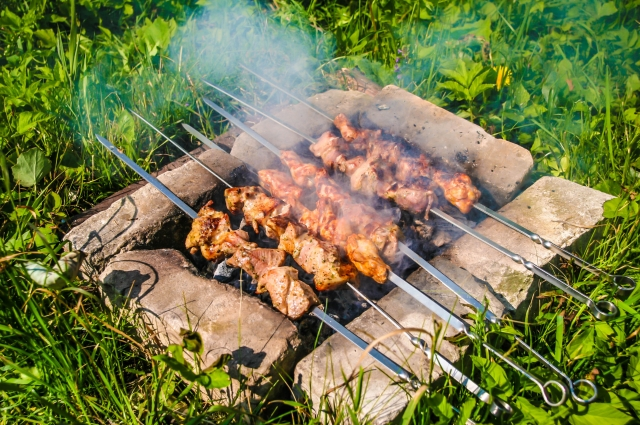 Готовить шашлык из баранины на тлеющих углях около часа.