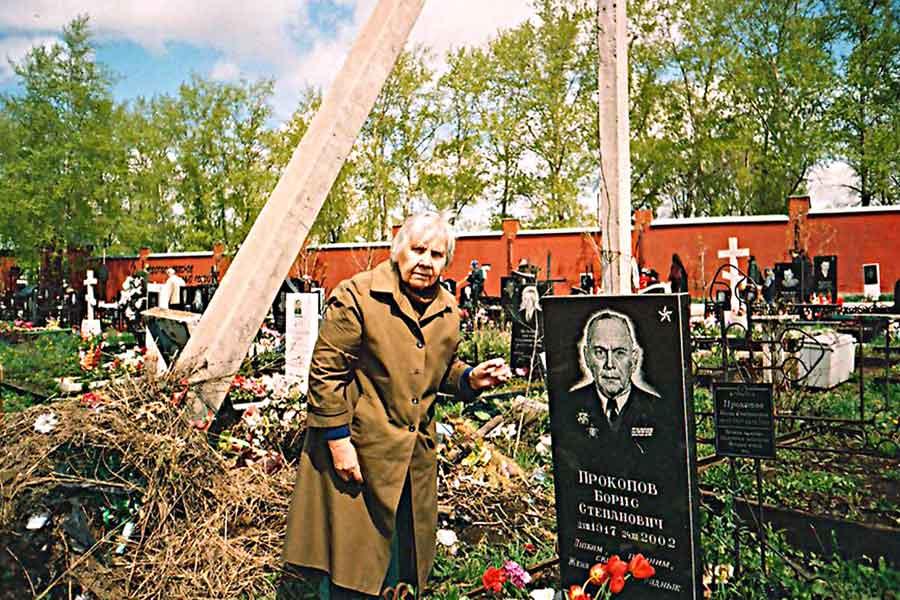 9 мая Анна Пилипенко проводит традиционно - на могиле у любимого мужа.