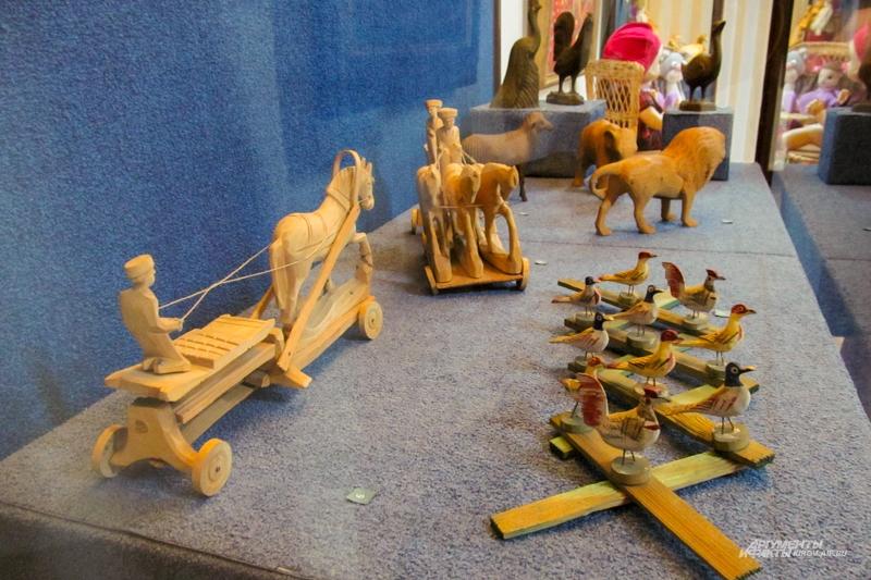 Деревянные игрушки были доступны крестьянским детишкам.