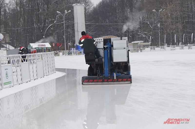 Машины проходят по льду, превращая шершавую поверхность в блестящее зеркало