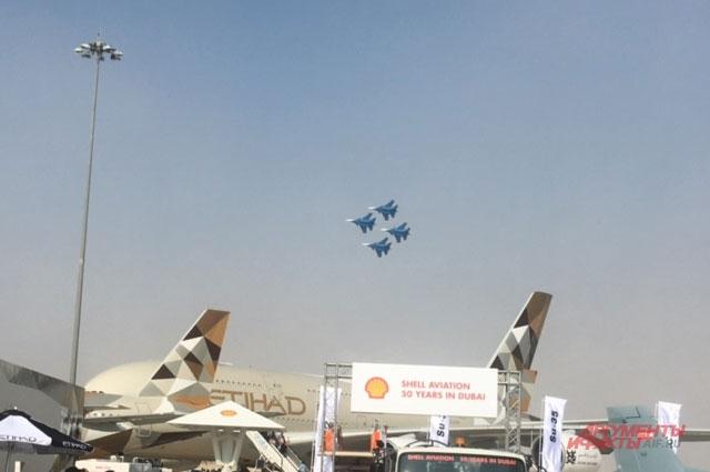 Русские витязи в небе над Дубаи.