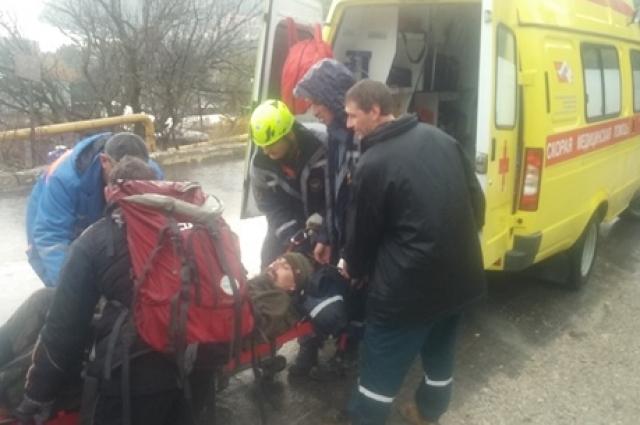 Спасатели передали пострадавшего мужчину медикам скорой помощи.