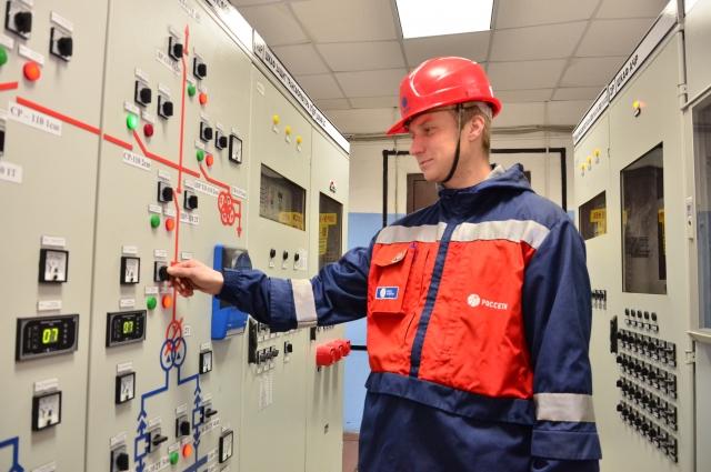 Энергетики обеспечивают бесперебойную работу подстанций.