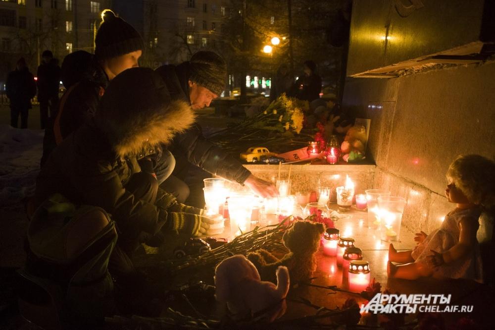 Жители Челябинска несут цветы и игрушки в центр города в память о жертвах пожара в Кемерове.