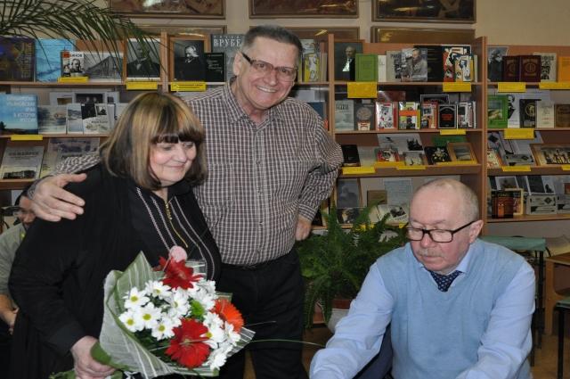 В библиотеке № 8 гости не переводятся: Людмила Ильина с фотокорреспондентом Алексеем Ждановым и писателем Денисом Драгунским (слева направо).
