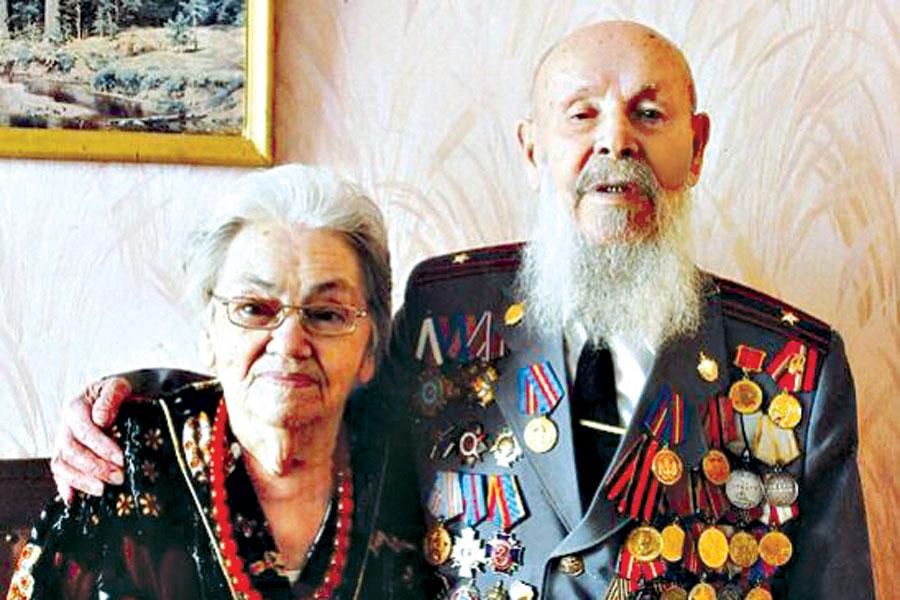Ветеран с супругой ценят каждое мгновенье жизни.