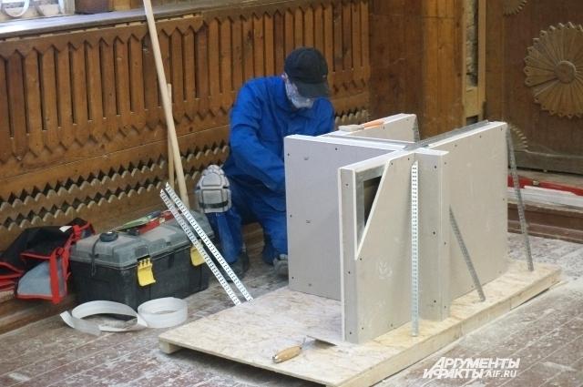 За работой участник соревнований в компетенции «Сухое строительство и штукатурные работы».