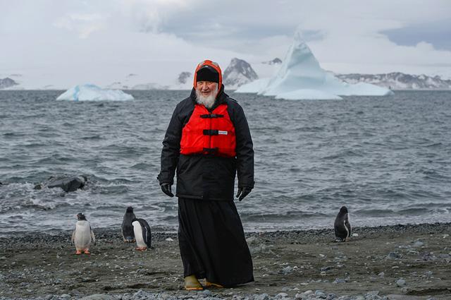 Патриарх Московский ивсея Руси Кирилл вовремя визита нароссийскую полярную станцию «Беллинсгаузен» наострове Ватерлоо вАнтарктиде.
