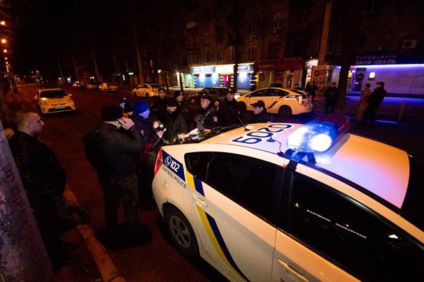 Конфликт между молодыми людьми и инкассаторами возник в Днепре 26 марта около отделения одного из банков.