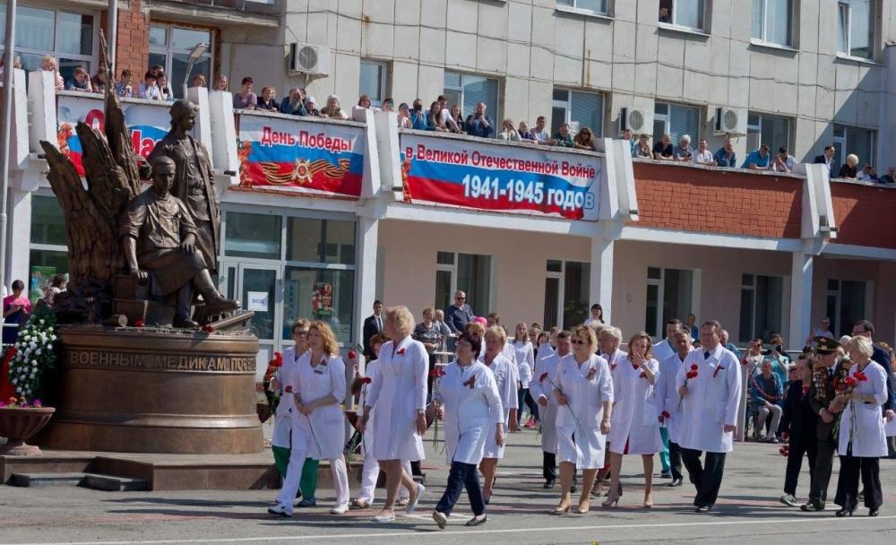 9 мая цветы несут и к памятнику медикам, спасавшим людей во время Великой Отечественной войны.