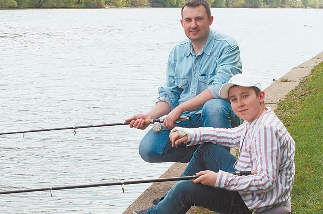 Артём Скворцов и его сын Илья рыбачат недалеко  от причала  в Троице-Лыкове.